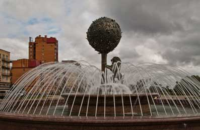 Фонтан на площади в городе Ломоносове