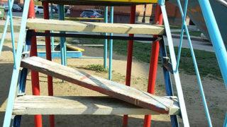 Сломанная детская площадка