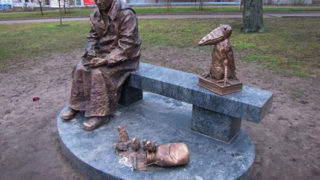 Памятник Н. В. Шадрунову «Красная ворона» (скульптор Н. А. Карлыханов, открыт 1 октября 2015 года в Ломоносове на углу Еленинской улицы и Манежного спуска открыт )